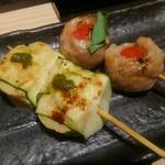 ぬる燗佐藤 横濱茶寮 - 串ものは、カマンベールのズッキーニ巻きと、ミニトマト豚巻き。