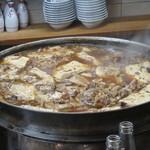 61448825 - 牛肉豆腐を煮込む鍋