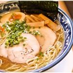 61453550 - 塩味玉 800円  鶏と魚介、双方の旨味に溢れた塩ラーメンです♪j