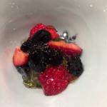 傳 - 黒豆と苺のデザート