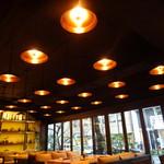モンスーンカフェ - 店内の照明と外の明かりのコントラストが落ち着きます