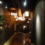 モンスーンカフェ - 入って右を見ると少し下る通路