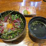 つむら - 熊本直送の新鮮馬刺を使った桜納豆ユッケ丼。 汁物と漬物付きで980円です。