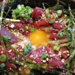 つむら - 馬刺の下には納豆。 想定内の醤油味だと思ったら、納豆は味噌で味付けされていました。