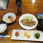 つむら - 豚足ランチ800円。 豚足の塩焼き・おかわり自由のご飯・スープ・小鉢・漬物付き。