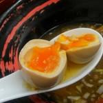 醤魂中華そば - 煮玉子は半熟です。