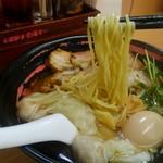 醤魂中華そば - 麺は、中太の若干縮れた麺です。