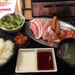 ザミートマーケット - 焼肉食堂 ランチ食べ放題 初期セット(カルビ 豚バラ 豚トロ ウィンナー 鶏モモ)。