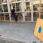 ブルーボトルコーヒー - 外には簡単なカウンター席あり