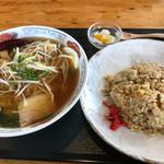 まんぷく処 暖家 - 醤油ラーメン炒飯セット842円