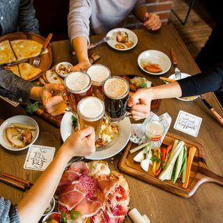 今年の歓送迎会はドイツビール、ドイツ飯