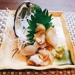 居酒屋 鳥芳 - ホッキ貝刺身。金魚の水槽みたいな匂いで臭い。