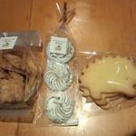 61477419 - チーズパイクッキー(280円)・ヴィエノワショコラ(180円)・ハリネズミクッキー(130円)