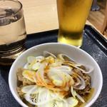 吉野家 - 「ピリ辛白ネギ牛皿」(280円)と「グラスビール」(180円)。