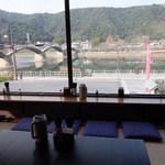 錦帯茶屋 - 店内の窓向きカウンター席