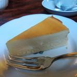 カフェ・アンセーニュダングル - 自家製ベークトチーズケーキ