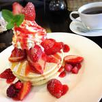 カフェ シュシュ - 料理写真:ストロベリーパンケーキ(980円)※期間限定