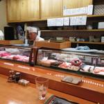 よし寿司 - 活気ある板場