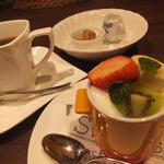 ラ ココット - デザートのフルーツのフロマージュとコーヒー