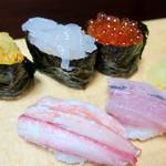 松葉寿司 - 「おまかせ上握り寿し」(2500円)。後半の5貫(カニ、サヨリ、イクラ、白えび、ウニ)