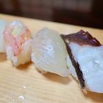 松葉寿司 - 「おまかせ上握り寿し」(2500円)。前半の5貫(タコ、ヒラメ、甘エビ、ヤリイカ、サス)