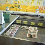 海辺の新鮮市場 - 1階で刺身購入