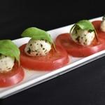 カフェ&バーマスタング - トマトとモッツアレラチーズのカプレーゼ