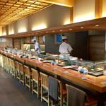 Yoshizushi - 1F店内(写真左側にテーブル席)上は宴会席など