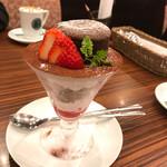 夢咲珈琲うふふ  - フォンダンショコラと苺のアポロ風。横から見るとこんな感じ。