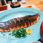 いまがわ食堂 - 1400度のバーナーで炙られた〆鯖は測ってみたら22センチ。大きな鯖の半身。