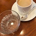 61513139 - 水とブレンドコーヒー 420円