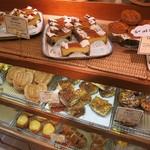 ビゴの店 ドゥースフランス - パン陳列の様子。