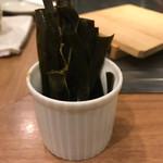 広島お好み焼き・鉄板焼き 倉はし - 牡蠣の下の昆布を食べやすく切ってくれました