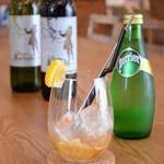 cafe.miel - 手前:蜂蜜ジンジャーペリエ700円、奥:ハウスワイン赤白各グラス500円