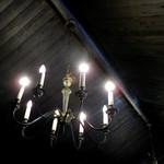 61518428 - 外からでは想像がつかない山小屋風の天井と、そこに吊るされたレトロなシャンデリア