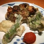 甚九郎 - コース四皿目の天ぷら。蓮根と牡蠣の挟み揚げが美味しかった〜  あとは山菜。紅葉おろしも特有の香りが