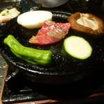 居酒屋 つのふり - 大和牛の石焼ステーキ(焼いてるところ)