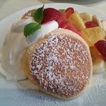 幸せのパンケーキ - 季節のフレッシュルフーツのパンケーキ 角度を変えて。