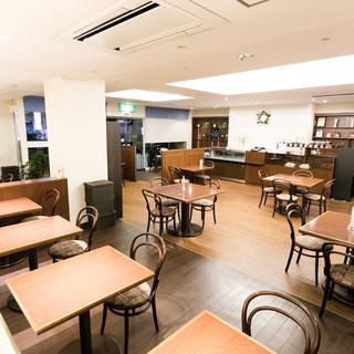 46席の広い店内。貸しスペースとしての利用も可能。
