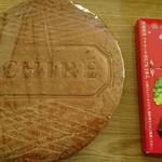 61533560 - 大きなバタークッキー(チョコレートと大きさ比較)