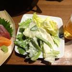いちげん - コースの温泉卵のシーザーサラダとまぐろとサーモンの小舟盛り、ビールです
