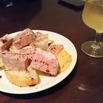 61536926 - 前菜とワイン。お肉のパテ。700円くらいだったかな…