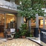 ママのえらんだ元町ケーキ - このお店入り口、テラス席の風景に「コロリ」です(2017.1.22)
