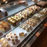 ママのえらんだ元町ケーキ - 料理写真:リーズナブルなケーキ達が並ぶ、ショーウインドウ、上段には人気看板商品「ザクロ」279円がズラリ!(2017.1.22)