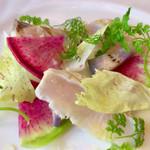 高田馬場 イタリア料理 フラットリア - 前菜:グリルしたサワラのカルパッチョ仕立て(+300円)。この火入れよ。