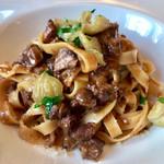 高田馬場 イタリア料理 フラットリア - パスタ:青森県産 鴨のラグーソース タリアッテレ(+500円)。力強さはあるけどクドさやえぐみは一切なく、甘さとのバランスもいい一皿。栗もたっぷり。