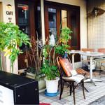 カフェ・フィユ・ドゥ・ヴァンサンヌ - 外観です、向かいはフクロウカフェさんがあります。