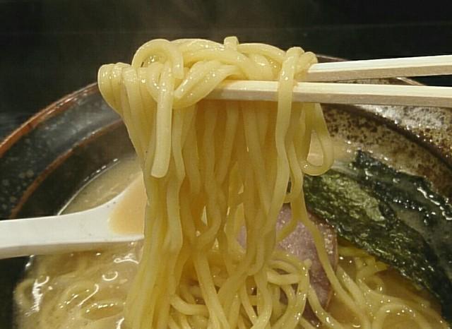 らーめん 喜丸 - ストレート中太麺