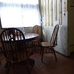 じげん - テーブル席も色んなテーブルあり