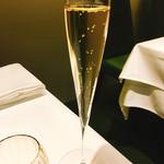 61553643 - まずはシャンパンで乾杯